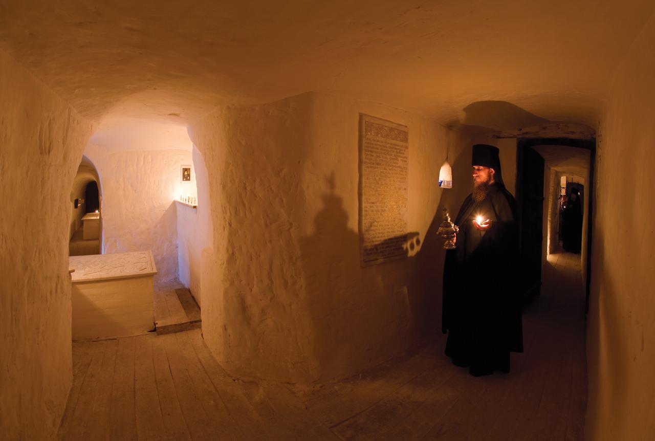 Каждение в древней усыпальнице у гробницы прп. Арсения (Митрофанова)