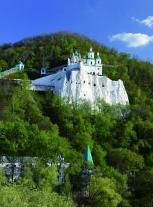 Вид на Николаевский храм со стороны реки