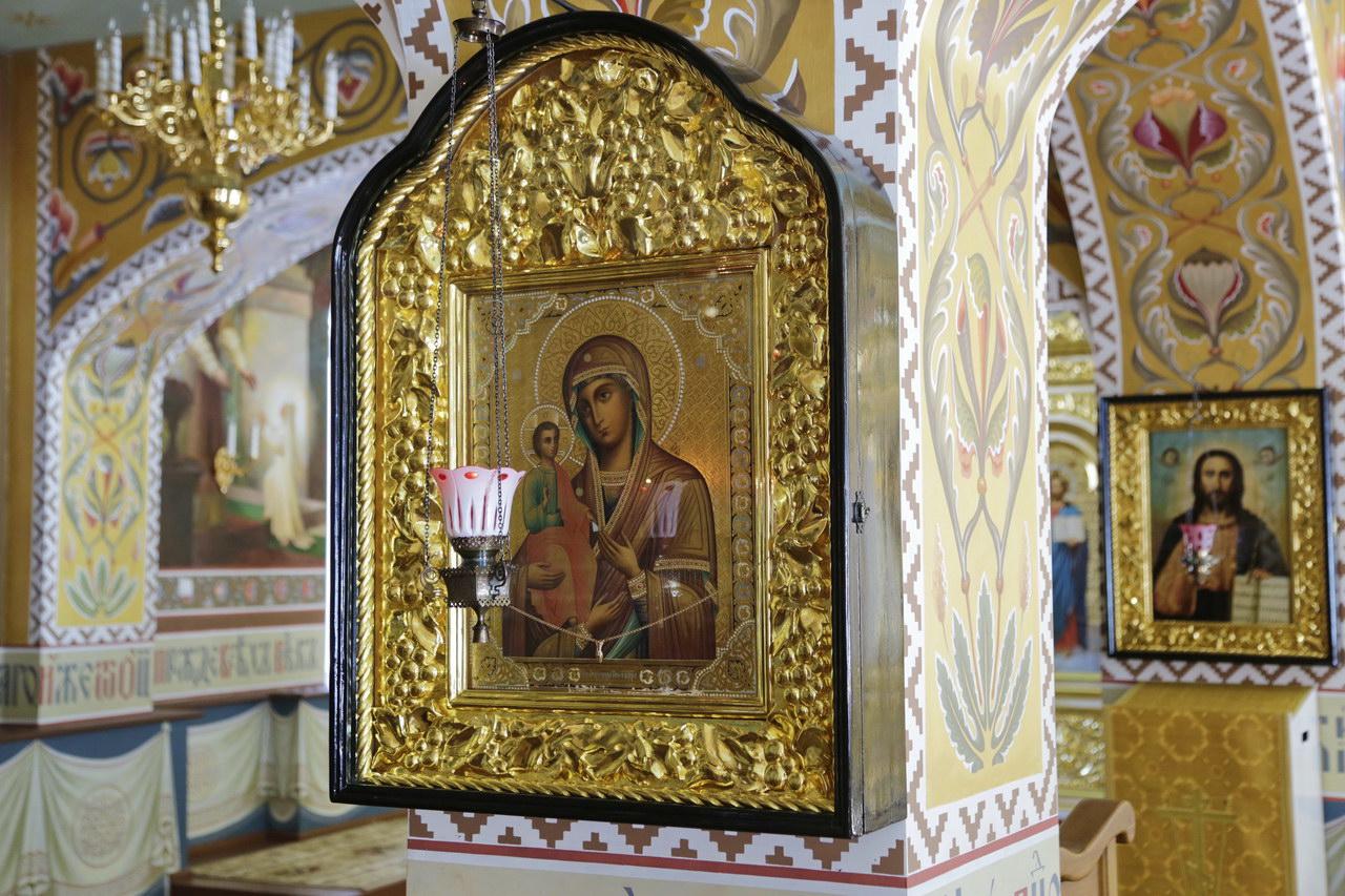 Икона Божией Матери «Троеручица». Храм Рождества Пресвятой Богородицы. Святогорская Лавра