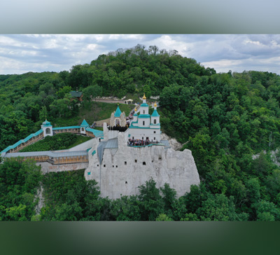Крестный ход и водосвятие у наскального храма святителя Николая (фото)
