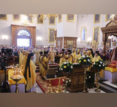 Несколько тысяч паломников поклонились святыням Святогорской Лавры вНеделю Торжества Православия (фото,видео)