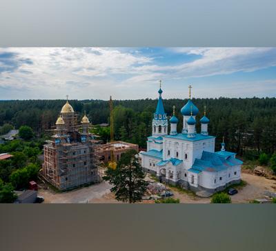 Подъём куполов икрестов нахрам святых Мефодия иКирилла в г.Святогорске (видео)