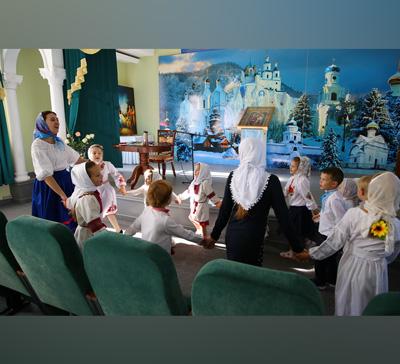 Детское фольклорное пение встенах Святогорской Лавры (фото)