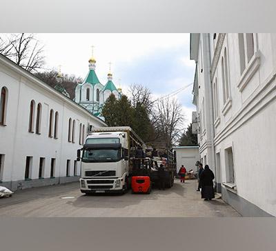 Гуманитарная помощь изБуковины вСвятогорскойЛавре (фото)